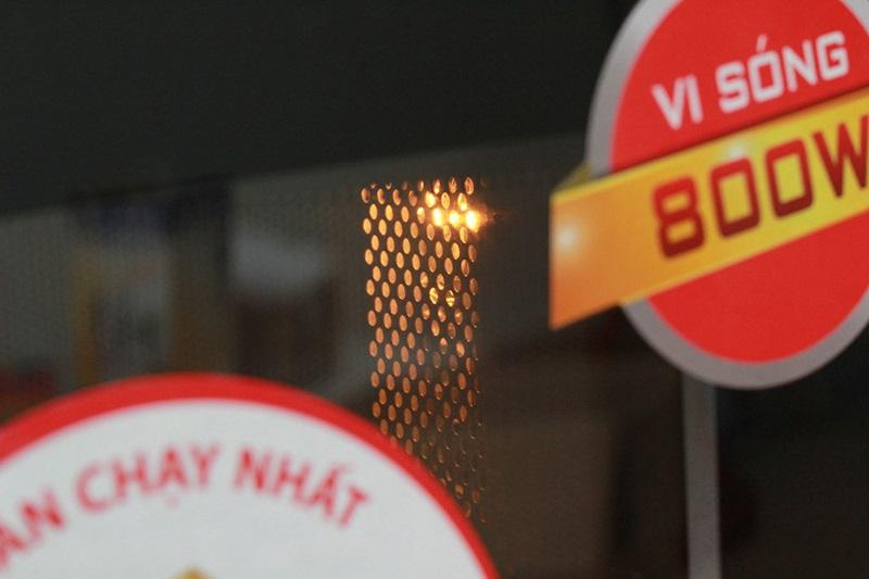 Đèn chiếu sáng giúp quan sát bên trong lò dễ dàng